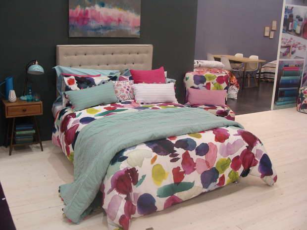 bett als eine dekoration des schlafzimmers. Black Bedroom Furniture Sets. Home Design Ideas