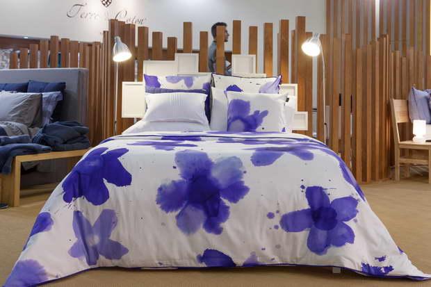 bl tenpracht im bett und auf dem tisch. Black Bedroom Furniture Sets. Home Design Ideas